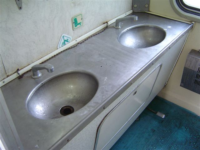 nanyang-train.washroom.jpg