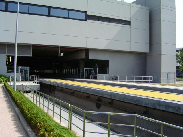 shanghai-maglev-station.gate.jpg