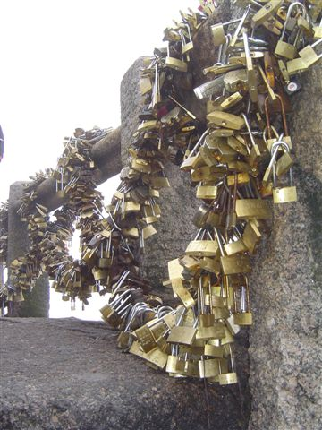 huangshan-locks.after.locks-lianhua.peak.jpg
