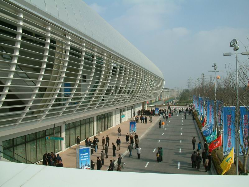 shanghai.maglev-long.yang.station-outside.jpg