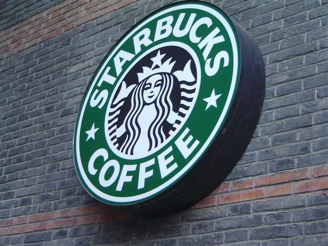 shanghai.starbucks-sign.on.wall-xintiandi Starbucks обновляет логотип: русалка осталась, а кофе пропало