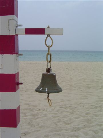 http://home.wangjianshuo.com/archives/2004/03/21/sanya-bell-below.sea.level.jpg