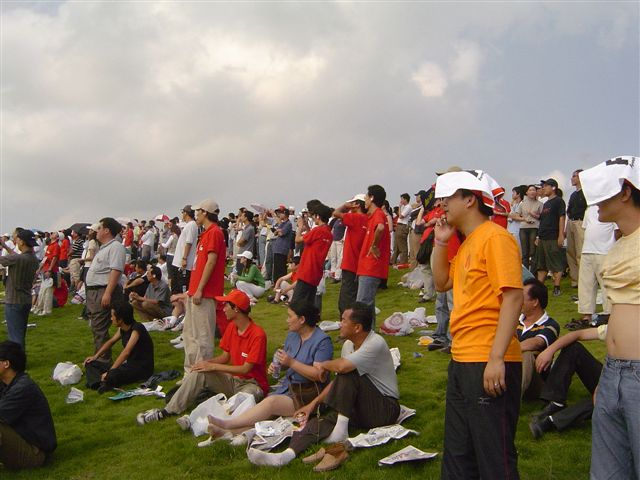 shanghai-grass.stand-many.people.jpg