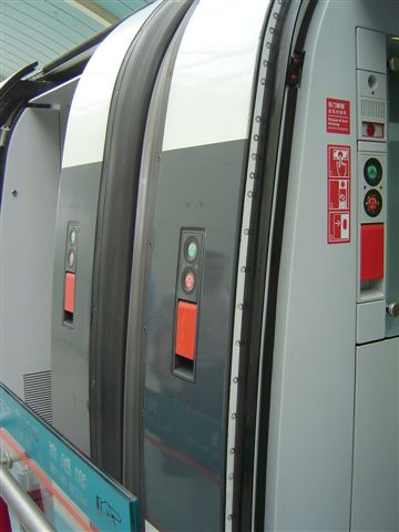 shanghai.maglev-door-outside.jpg