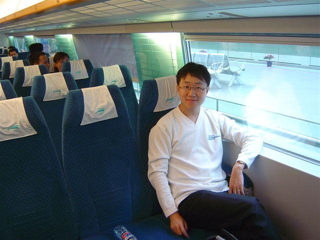shanghai.maglev-jianshuo-seated.jpg