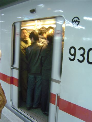 shanghai-metro-closing.door.jpg