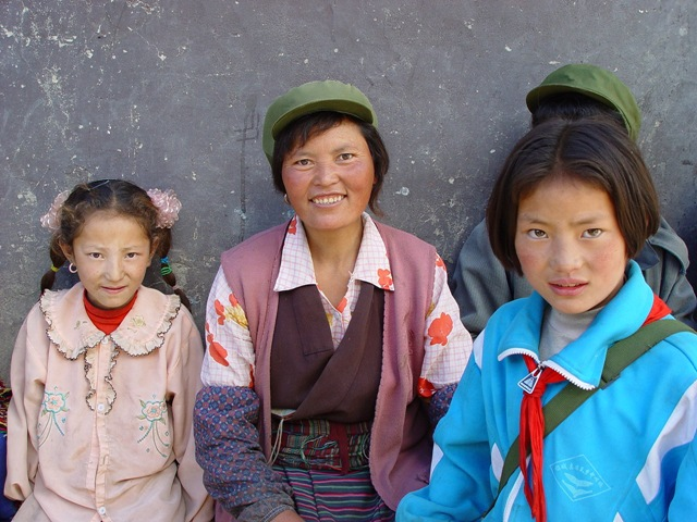 daocheng.riwa-girls.and.mother