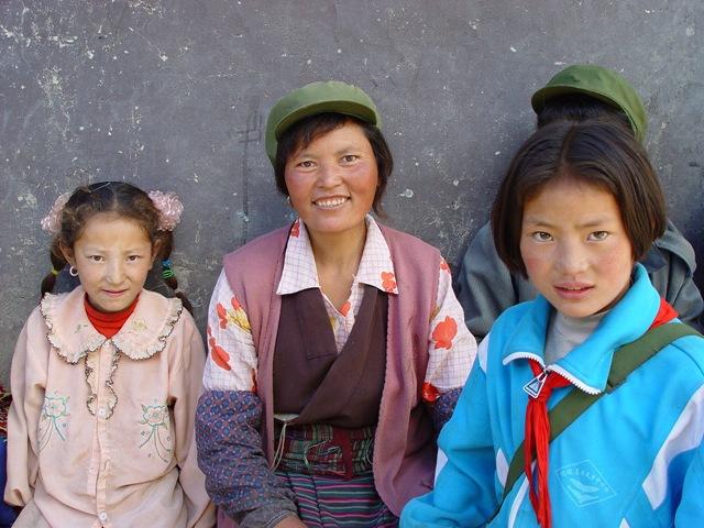 daocheng.riwa-girls.and.mother