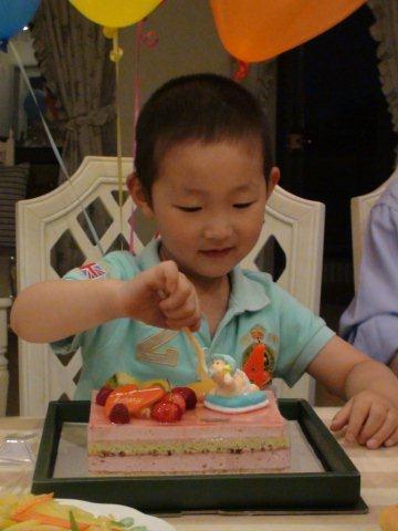 shanghai-yifan-cutting.cake.jpg